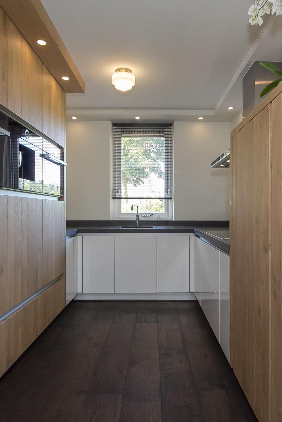Interieur, houten vloeren, kasten, keukens, tafels, lambrisering ...