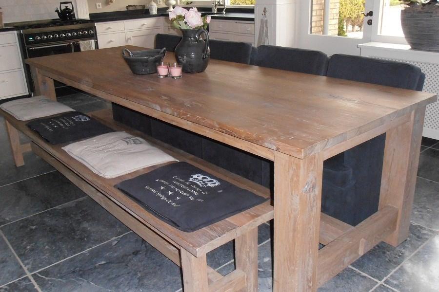 Deze keuken eettafel en de tafel in de woonkamer zijn bij een groot ...